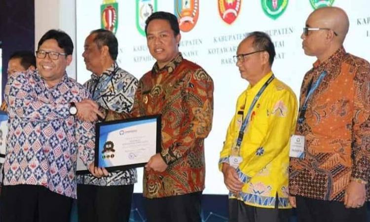 Bupati Lamandau Hendra Lesmana menerima penghargaan dari Ombudsman RI di Grand Ballroom JS Luwansa Hotel, Jakarta, Rabu (27/11)