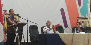 Eddy Raya Samsuri menyampaikan pidato sambutan dan menutup secara resmi Musorprovlub KONI Kalteng di dampingi dua orang formatur (22/2/2020). foto:adi