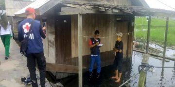 Palang Merah Indonesia (PMI) Sukamara bersama Tim Kesehatan Puskesmas Sukamara, meninjau lokasi banjir di Desa Pangkalan Muntai, Kecamatan Sukamara, Kalteng, Sabtu (28/3/2020).