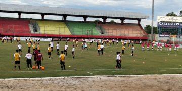 Kegiatan coaching clinic bola di lapangan tuah pahoe Kamis (12/3/2020)