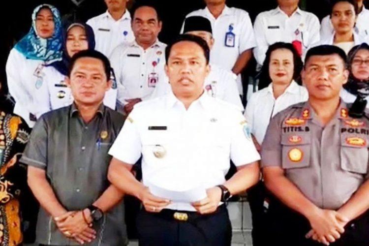 Bupati Lamandau Hendra Lesmana memberikan keterangan terkait penetapan tujuh warganya yang dimasukkan status ODP di Nanga Bulik, Senin (23/3/2020).