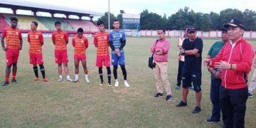 Pemilik Klub Kalteng Putra H Agustiar Sabran (kanan) memberikan arahan kepada pemain yang akan menandatangani kontrak dengan manajemen tim saat berada di Stadion Tuah Pahoe Palangka Raya,Jumat (6/3/2020).