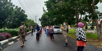 Pemandangan saat kegiatan operasi pasar yang digelar dihalaman kantor Diperindagkop Pulang Pisau, Kamis, (30/4/2020)