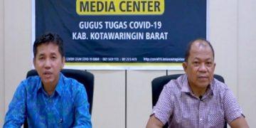 Juru bicara Gugus Tugas COVID-19 Kabupaten Kobar Rodi Iskandar (kiri) didampingi Direktur RSUD Sultan Imanuddin Pangkalan Bun saat memberikan keterangan pers terkait perkembangan kasus COVID-19.