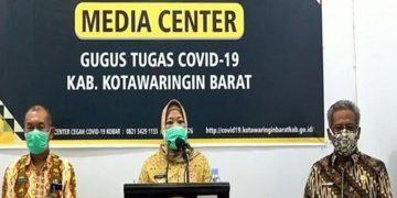 upati Kotawaringin Barat, Kalteng Nurhidayah (tengah) bersama Tim Gugus Tugas COVID-19 Kotawaringin Barat mengelar konferensi pers terkait perkembangan terbaru COVID-19 di Pangkalan Bun, Kamis (9/4/2020).