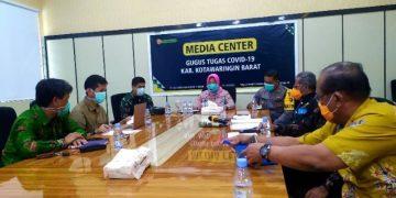 Bupati Kotawaringin Barat Nurhidayah memimpin langsung jumpa pers terkait satu orang warganya yang dinyatakan positif COVID-19 di Pangkalan Bun, Jumat (3/4/2020).