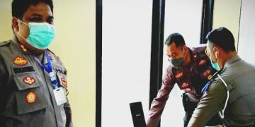 Kepala Polres Kotawaringin Timur, AKBP Mohammad Rommel, ikut membantu mempersiapkan pelayanan besuk tahanan menggunakan teknologi digital di Sampit, Jumat (10/4/2020).