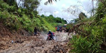 RUSAK PARAH – Tampak truk angkutan CPO, yang harus ditarik melalui salah satu titik yang mengalami kerusakan parah, di ruas jalan Provinsi, yang menghubungkan Kecamatan Parenggean-Telaga Antang, Kotim, Minggu (26/4/2020).
