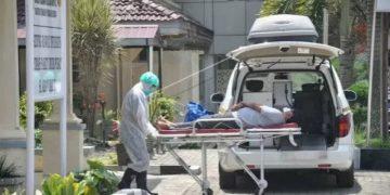 Ilustrasi- Petugas medis membawa seorang Pasien Dalam Pengawasan (PDP) terduga COVID-19 di Rumah Sakit Umum Pusat (RSUP) H Adam Malik Medan, Sumatera Utara