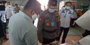 Kapolda Kalteng Brigjen Pol Dedi Prasetyo saat berada di Gudang Bulog