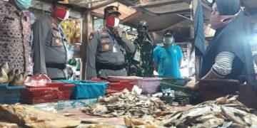Kapolresta Palangka Raya Kombes Pol Dwi Tunggal Jaladri mengecek salah satu kios di Pasar Rajawali