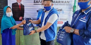 Tim Bambang Purwanto Menyerahkan Bantuan Kepada salah satu Warga yang tinggal di wilayah Baamang Sampit