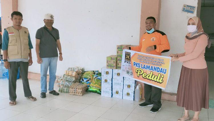 Partai Keadilan Sejahtera (PKS) Kabupaten Lamandau saat memberikan bantuan kepada warga yang terdampak banjir di daerah itu