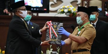 Gubernur Kalimantan Tengah, H Sugianto Sabran saat menerima penghargaan