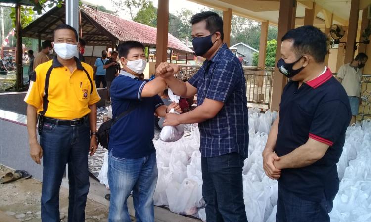 Kapolres Barito Timur AKBP Hafidh Susilo Herlambang saat menyerahkan daging qurban ke insan pers