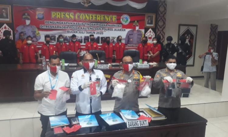 Kapolda Kalteng Irjen Pol Dedi Prasetyo bersama PJU menunjukkan barang bukti sabu hasil pengungkapan