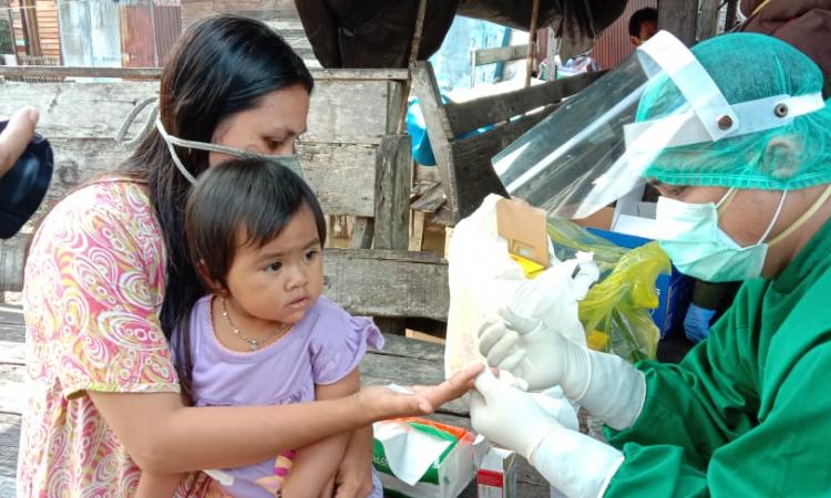 Lina bersama anaknya saat mengikuti rapid test atas kesadaran diri sendiri