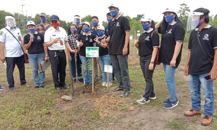 Kepala DLH Kabupaten Katingan Ir Hap Baperdo MM bersama karyawan PT KSK saat melakukan penanaman pohon, pada hari lingkungan hidup sedunia, Rabu (22/7/2020) kemarin, di kawasan Kebun Raya Katingan