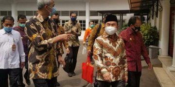 Gubernur Sugianto Sabran (mengenakan pakaian batik berpeci) bersama Gubernur Jawa Tengah Ganjar Pranowo dan sejumlah Gubernur lainnya saat memasuki ruang pertemuan