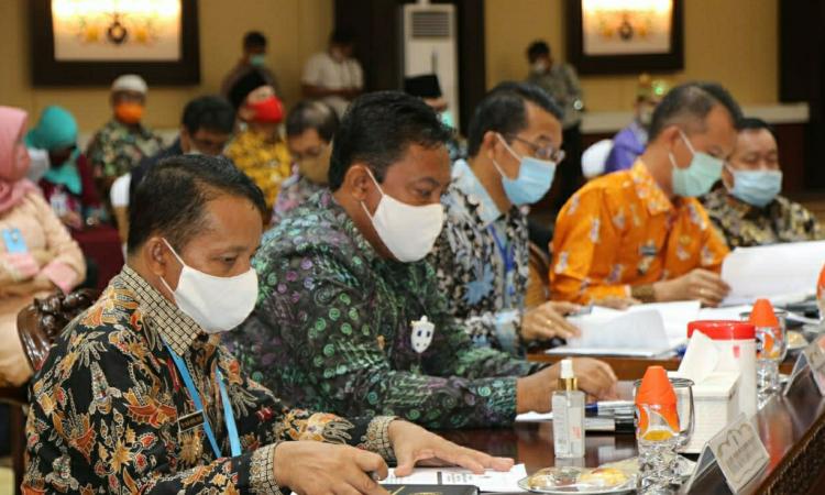 Bupati Pulang Pisau, H Edy Pratowo saat mengikuti kegiatan Rakor Inflasi dan Pertumbuhan Ekonomi Serta Penyerapan Anggaran Tahun 2020