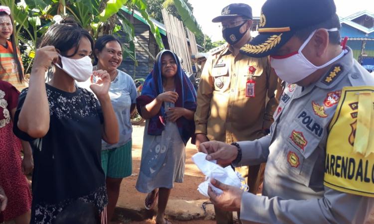 Bid Dokkes Polda Kalteng memberikan pelayanan kesehatan di Desa Samba Bakumpai