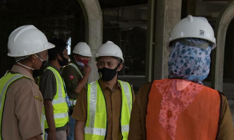 Wali Kota Palangka Raya, Fairid Naparin saat meninjau pembangunan Masjid Kubah Kecubung, Selasa (14/7/2020) kemarin. (Foto : Ist)