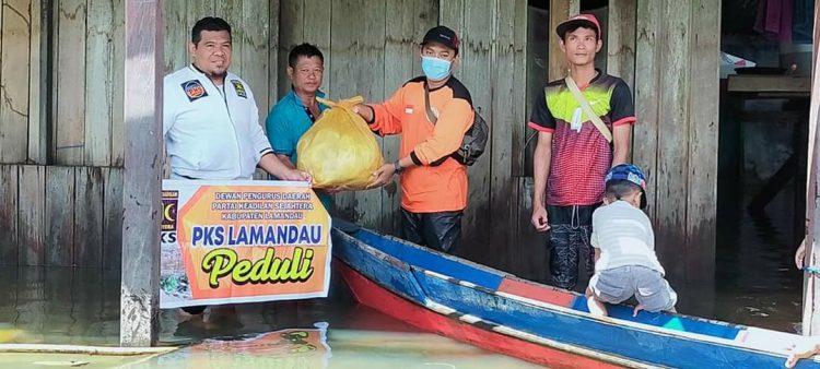 Relawan PKS Lamandau saat berikan bantuan kepada warga terdampak banjir