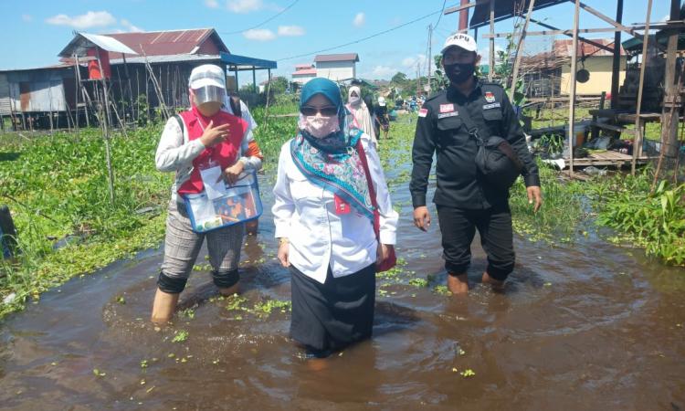 Ketua KPU Kota Palangka Raya Ngismatul Choiriyah saat meninjau pencoklitan di Kelurahan Tanjung Pinang