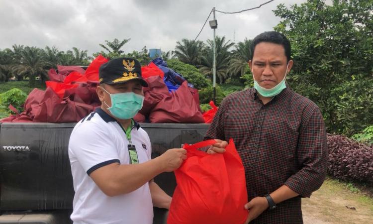 Gubernur Kalteng, Sugianto Sabran saat menyalurkan bantuan Pemprov sebanyak 300 paket Sembako untuk warga di wilayah Kabupaten Lamandau yang terdampak banjir