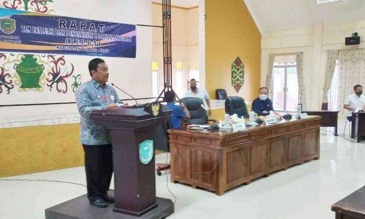 Edy Pratowo saat membuka rapat Tim Evaluasi dan Pengawasan Realisasi Anggaran (TEPRA) Tahun 2020 di aula Bappeda Litbang Kabupaten Pulang Pisau, Jumat (24/7/2020)