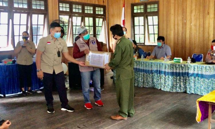 Kadis PUPR Provinsi Shalahuddin, mewakili Gubernur Kalteng Sugianto Sabran, menyerahkan bantuan Sembako untuk korban kebakaran Desa Sei Hanyo, Minggu (26/7/2020), di Kecamatan Kapuas Hulu