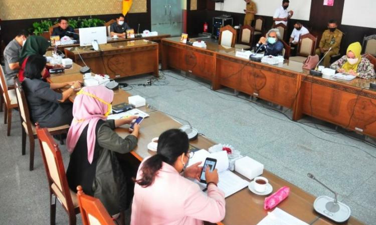 Ketua DPRD Provinsi Kalimantan Tengah, Wiyatno sedang memimpin rapat gabungan, membahas penyertaan modal Pemprov Kalteng atas barang milik daerah, berupa tanah dan bangunan gedung KONI dan Dispora untuk PT Bank Kalteng, di Palangka Raya, Senin (27/7/2020) (Foto/Humas DPRD Kalteng)