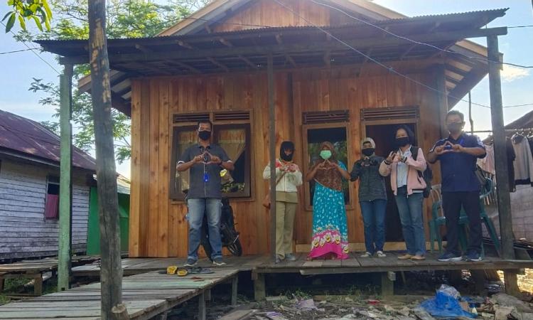 Tim Disperkimtan Kabupaten Pulang Pisau saat sedang meninjau rumah warga yang sudah selesai proses bedah rumah di Kelurahan Bereng, Juni beberapa waktu lalu