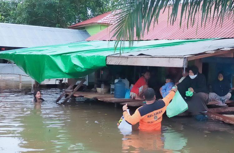 Relawan PKS Lamandau saat bantu langsung ke rumah warga terdampak banjir