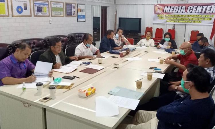 Ketum KONI Kalteng Eddy Raya Samsuri, bersama pengurus KONI Kalteng dan panita pelaksana, melakukan rapat kesiapan pelantikan, di kantor KONI Kalteng, Selasa (4/8/2020), malam. (Foto ist)