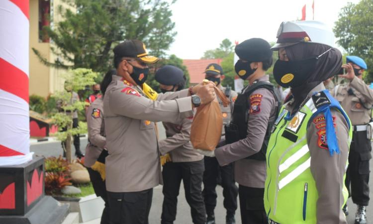 Salah satu personel Polwan Polda Kalteng menerima paket Sembako dari Kapolda Kalteng Irjen Pol Dedi Prasetyo