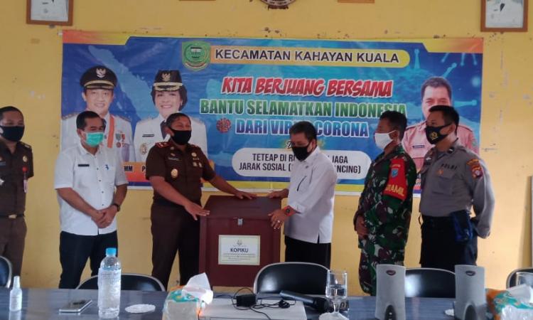 Kepala Kejaksaan Negeri Pulang Pisau, Triono Rahyudi didampingi aparat TNI/Polri menyerahkan kotak pengaduan indikasi korupsi kepada Camat Kahayan Kuala, Kabupaten Pulang Pisau, Rabu (5/8/2020) kemarin