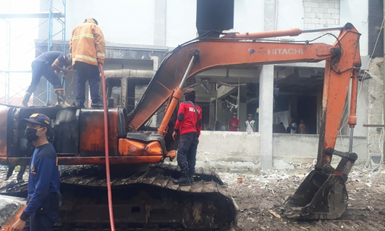 Alat berat excavator terbakar saat dipadamkan oleh petugas pemadam kebakaran