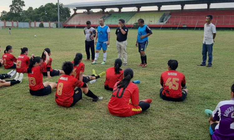 Eddy Raya Samsuri ketika memberikan petuah kepada para atlet sepak bola putri PON