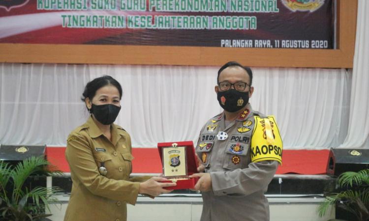 Kapolda Kalteng Irjen Pol Dedi Prasetyo memberikan plakat penghargaan kepada narasumber dalam RAT Koperasi