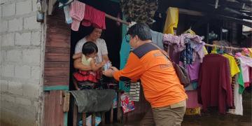 Relawan PKS Kalteng saat terjun langsung membantu warga yang terdampak banjir di daerah Kasongan, Kabupaten Katingan