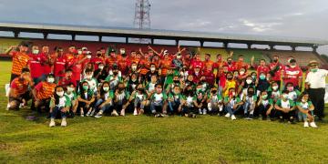 H Agustiar Sabran berfoto bersama dengan pemain Kalteng Putra, pemain Kalteng Putri dan sejumlah penggiat olahraga Kalteng di stadion Tuah Pahoe Palangka Raya, Minggu (20/9/2020)