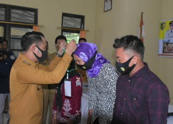 Wali Kota Palangka Raya, Fairid Naparin saat membuka kegiatan kerajinan tangan atau produksi berbahan dasar rotan di Aula Kecamatan Sebangau