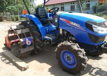 Traktor R4 (Jonder) dimodifikasi bagian ban dengan menambahkan roda besi agar lebih kuat mencengkeram tanah di atas lahan yang basah dan dalam