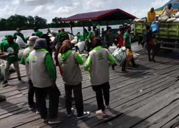 PT. Rimba Raya Conservation membersihkan sungai Seruyan dalam rangka menutup gerakan Hari Sungai Sedunia 2020, bertempat di pelabuhan Kuala Pembuang III (KP III), Jumat (18/9/2020)
