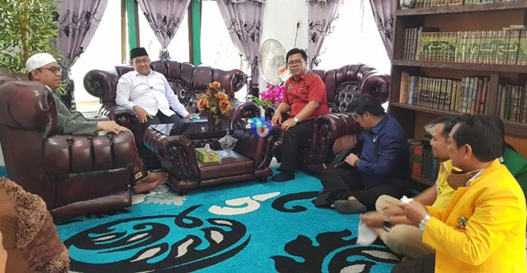 Akrab : Cawagub Kalteng H Edy Pratowo nampak akrab dengan ulama kharismatik Bahaur, KH Muhammad Dasuqi saat sowan ke kediaman beliau, Sabtu (24/10/2020) dalam kegiatan kampanye di kecamatan Kahayan Kuala.