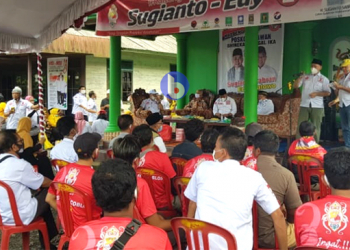 Cawagub H Edy Pratowo didampingi mantan Wagub Kalteng H Ahmad Diran, dan mantan Bupati Kapuas HM Mawardi dalam pertemuan tatap muka dengan warga di Kecamatan Basarang, Kabupaten Kapuas, Selasa (1/12/2020).
