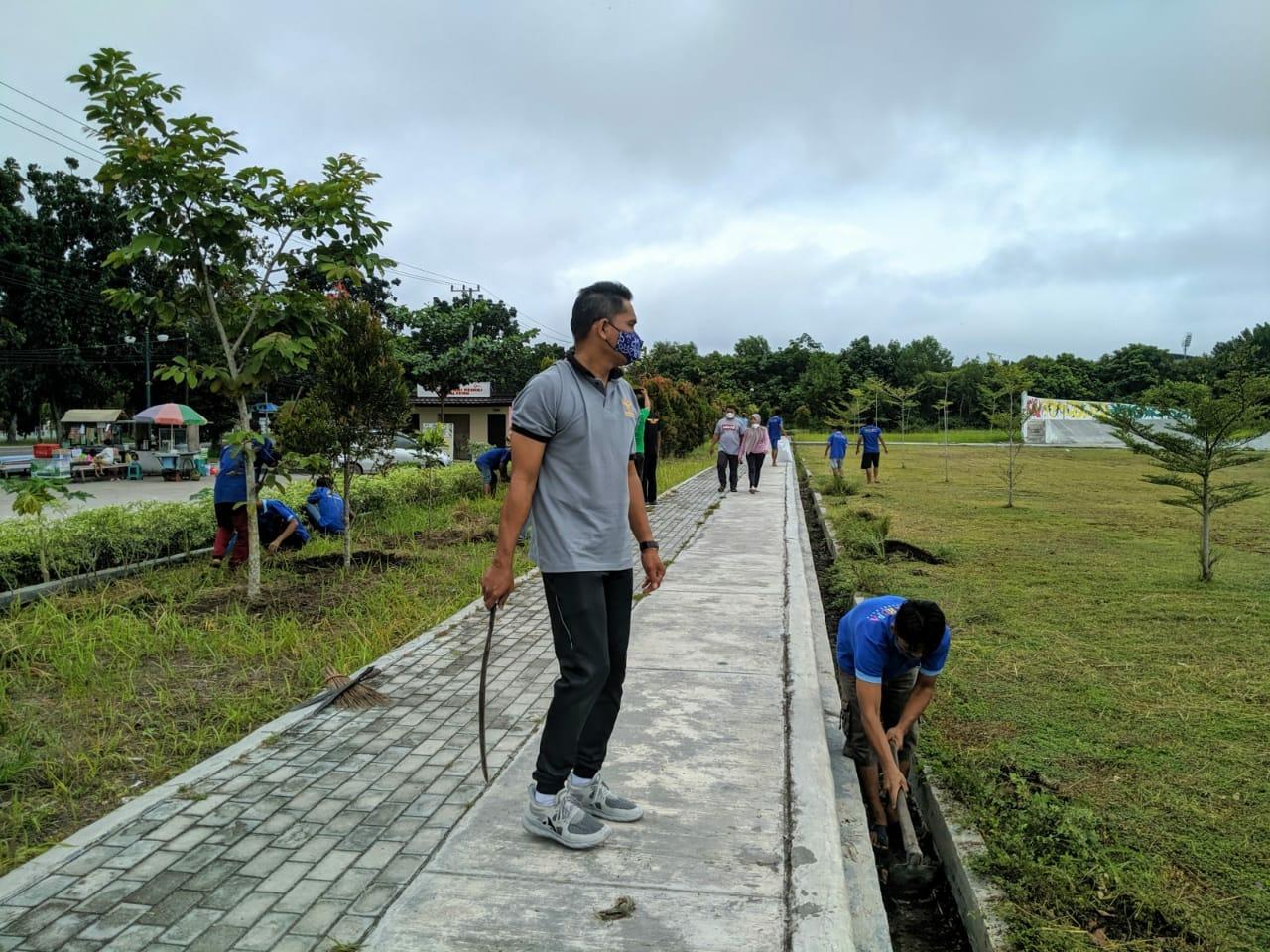 Karutan Palangka Raya, Suwarto saat turut ikut membersihkan Taman Isen Mulang bersama narapidana