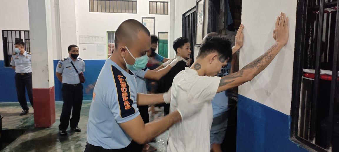 Petugas Lapas Palangka Raya memeriksa kamar hunian narapidana