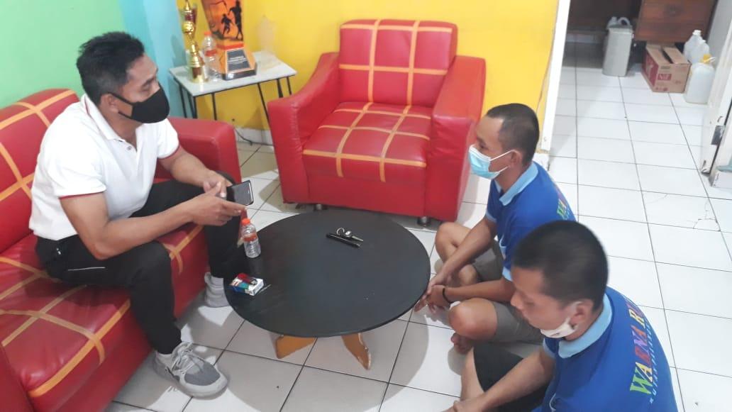 Karutan Palangka Raya, Suwarto, meminta keterangan terhadap 2 tahanan yang kedapatan mengkonsumsi dan menyelundupkan sabu